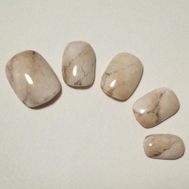 「シンプル上品な「大理石ネイル」で指先から大人化計画!!」に含まれるinstagramの画像|MERY [メリー]