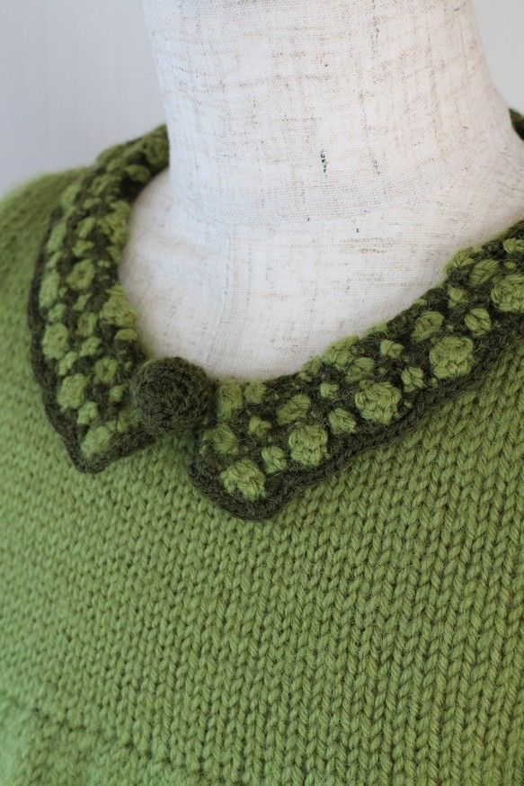 草色と深緑色とのコントラストが美しい組み合わせ。襟と袖口をレース編みで飾りました。また、胸元には細か編みのボンボンを付けました。メリヤス編みだけでは退屈なので...|ハンドメイド、手作り、手仕事品の通販・販売・購入ならCreema。