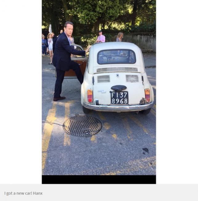 Tom Hanks Budapesten kispolszkikkal pózol  | Forrás: whosay.com