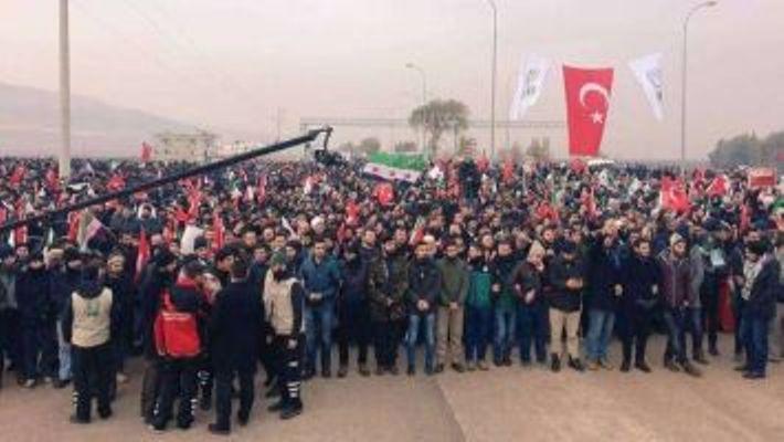 Ribuan orang di Turki gelar aksi solidaritas untuk Aleppo  ANKARA (Arrahmah.com) - Ribuan orang berkumpul pada Sabtu (17/12/2016) di dekat perbatasan Cilvegozu Turki dekat perbatasan Suriah untuk menunjukkan solidaritas terhadap orang-orang dari Aleppo dalam pawai besar yang diselenggarakan oleh Yayasan Bantuan Kemanusiaan (IHH).  Aktivis Turki dan Suriah telah mengorganisir aksi unjuk rasa di beberapa kota di Turki sejak awal pekan ini untuk menunjukkan solidaritas mereka terhadap…