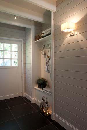 Kiva vaakapaneeli seinässä ja ihanat lattialaatat