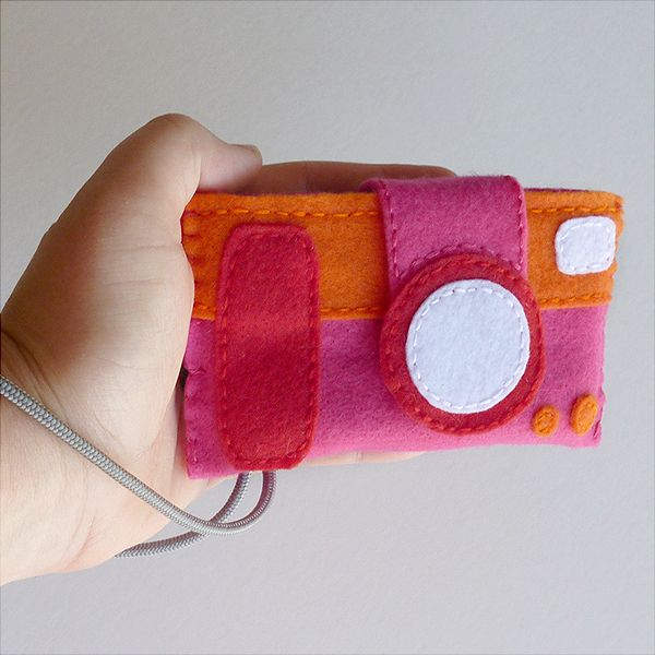 - Dream a Little Bigger Craft Blog - Fabulous Felt Camera Case {FREE Pattern}