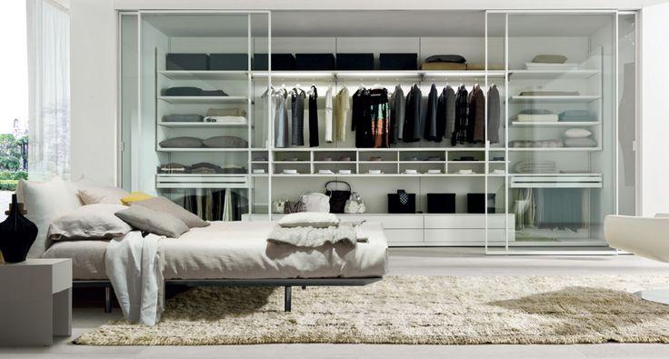 PICA' Zalf.  Picà: cabina armadio in termostrutturato rovere bianco a poro aperto. Picà: porte scorrevoli telaio laccato bianco e vetro trasparente.