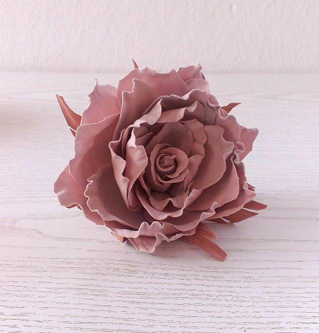 """""""Винтажная роза"""" - украшение 2 в 1, как и многие другие мои розы. Можно заколоть волосы, можно использовать как брошку. Материал: фоамиран, ручная работа Цена: 15 евро/1000 рублей Заказать заколку можно, написав комментарий к этому посту или сообщение в директ. Доставка почтой по всему миру. #роза #rose #vintagerose #dustyrose #hair #wedding #bride #weddingdress #girl #style #instamom #handmade #яневеста #скоросвадьба #цветы #помолвка #свадьба #организаторсвадеб #подружкиневесты #декор…"""