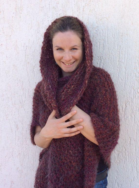 Poncho Marsala con cappuccio ai ferri di lana di KnittinCafe