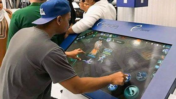 7 Jenayah Akibat Ketagihan Permainan Video   Bagi kanak-kanak bermain permainan video adalah aktiviti biasa yang dilakukan untuk mengisi masa lapang dan mengurangkan stres. Sekiranya ibu bapa proaktif dalam memantau kegiatan ini ianya mungkin tidak akan mengganggu pelajaran anak-anak disekolah.  Malangnya akibat terlalu lama bermain permainan video ia bertukar menjadi satu ketagihan. Memetik iluminasi.com berikut adalah beberapa contoh kesan buruk kes ketagihan permainan video kepada manusia…