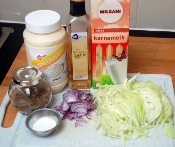 Witte koolsalade is heel makkelijk en snel om te maken en smaakt heerlijk met een knapperige kaastosti, een broodje shoarma, of je eet hem gewoon zo!