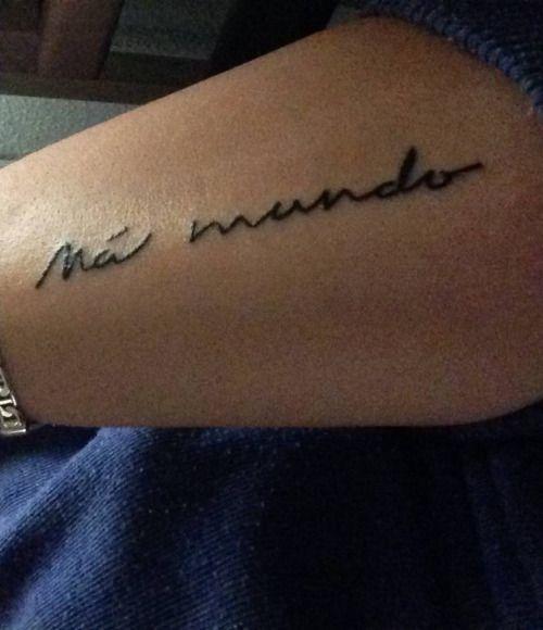 tatuaje que dice ms mundo en el antebrazo de