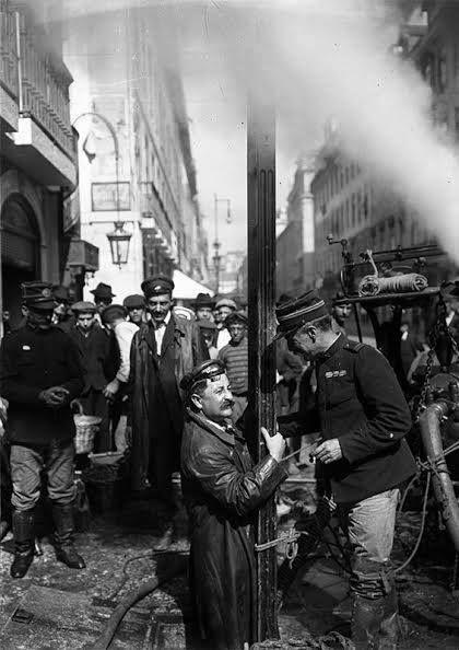 Visite des Galeries Romaines Rua da Prata il y a 106 ans. Photo de Joshua Benoliel Referência: PT/AMLSB/JBN/001241 http://arquivomunicipal.cm-lisboa.pt/default.asp?s=12079