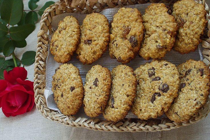 Finom és egészséges zabpelyhes süti, cukor nélkül, kétféle egyszerre: mazsolás-mogyorós és csokis-kókuszos