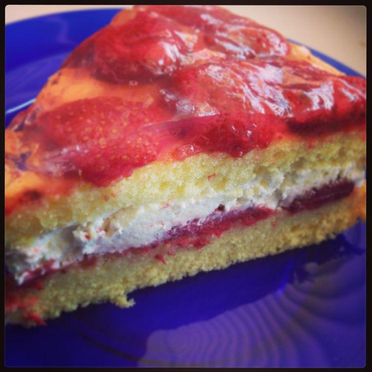 Recept na jahodovo-šľahačkovú tortu http://najrecept.sk/2013/06/jahodovo-slahackova-torta/