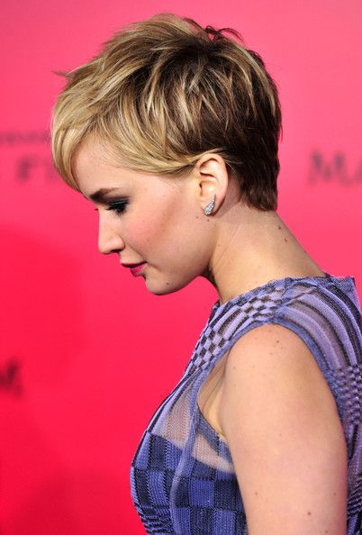 jennifer lawrence short hair images | Actress Jennifer Lawrence attends the premiere of Lionsgate's 'The ...