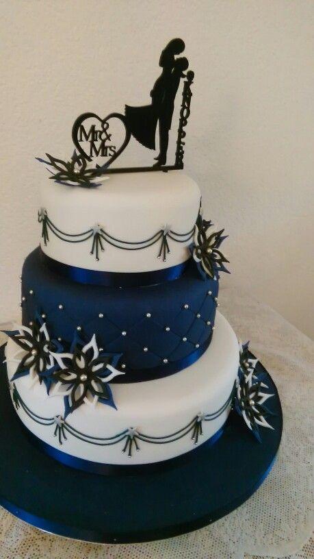 Weddingcake, 3 lagen in marine blauw met wit, parels en icing, sterbloemen