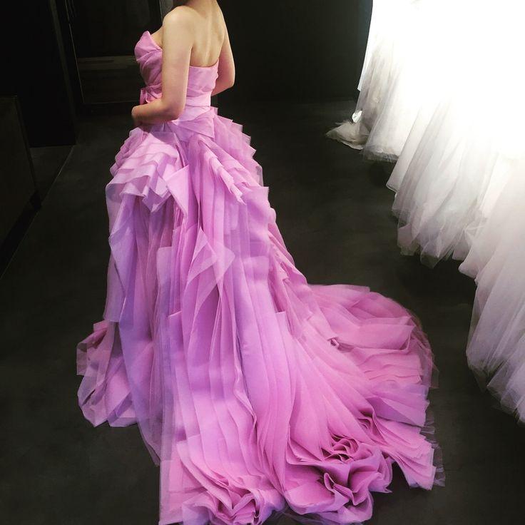 #ドレス試着レポ 👗 ドレス試着ポストに沢山のいいねありがとうございます( ; ; ) 100以上いいねされててビックリしてます🎉 引き続き#verawang 銀座店にて👰 最後はマーメイドの#gemma と カラードレスの#diana 😌 ♦️マーメイドのgemmaは低身長で似合わないと思いつつも 体系的に憧れる形💕 フワッフワで着てるだけで幸せになれるドレス👗 もう少し身長ほしかったなあ。。( ; ; ) ♦️お次はペタルピンクのダイアナ! ヘイリー着ようと思ったけど、ウェディングドレスで着たので、ダイアナをセレクト。 私にはスタイリッシュすぎたかな? 今度はlieselちゃん着たいな😊 今回の試着で改めて思ったのは、体系的にオーダードレスがベストだということ。 洋服のフリーサイズ着ると全く合わず不自然になってしまうこの体系(笑) veraの店員さんから「インポート向きですね」と言われたくらい。。 オーダードレスを許可してくれた彼に感謝です( ; ; ) #wedding #結婚式準備 #ドレス試着 #ウェディングドレス #プレ花嫁 #プレ花嫁仲間募集…