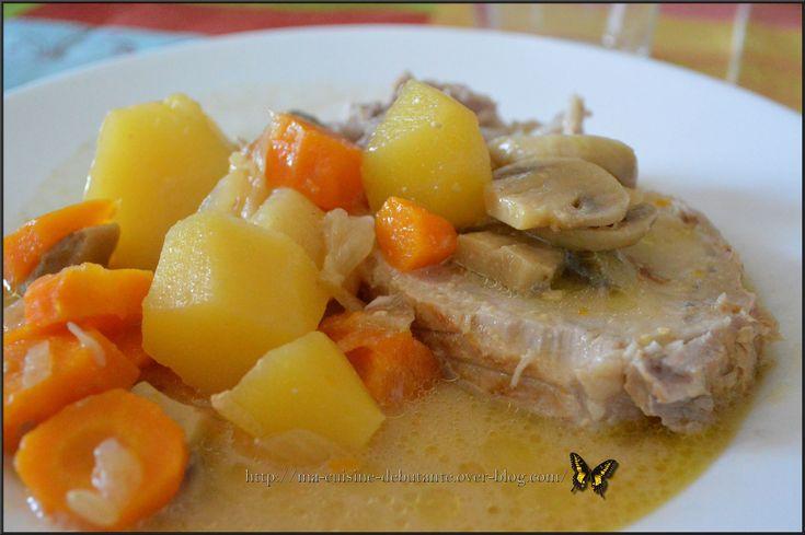 Recette fait avec le Cookeo Connect Avis perso : La viande était pas sec du tout et très bonne ;-) Pour 4//5 personnes Ingrédients : 1 rôti de porc d'environ 1 kg 5 carottes 5 pommes de terre 100 gr de lardons fumés allumette 1 boite de champignon 1 oignon...