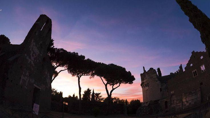 La Tomba di Cecilia Metella e il Castrum Caetani monumento simbolo della #AppiaAntica. Il mausoleo fu costruito negli anni compresi tra il 30 ed il 20 a.C. per la nobile romana. #Roma. L'interno della #chiesa di San Nicola di fronte alla tomba di #CeciliaMetella  #iColoriDiRoma #romaIT #rome #colors #romelovers #italiainunoscatto #italia #best_italiansites #beniculturali30 #culturalheritage30 #picoftheday #instaart #instagram #instagood #yallersitalia #volgoitalia #volgoarte…