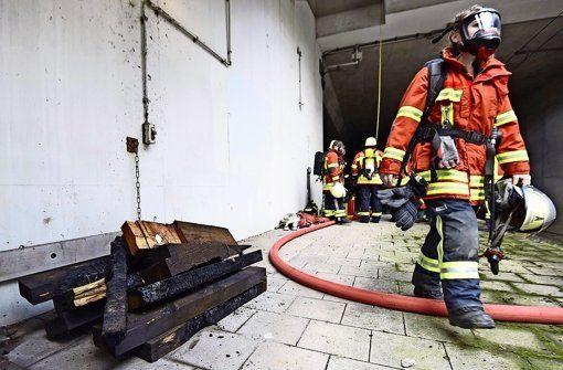 Brand im S-Bahn-Tunnel in Echterdingen Ermittler schließen Brandstiftung aus Von Norbert J. Leven 03. März 2015 - 17:30 Uhr  Der Brand im S-Bahn-Tunnel am vergangenen Samstag ist vermutlich durch Funkenflug entstanden. http://www.stuttgarter-zeitung.de/inhalt.brand-im-s-bahn-tunnel-in-echterdingen-ermittler-schliessen-brandstiftung-aus.af8b99ea-c39f-4702-b866-6cd73e0f25ba.html