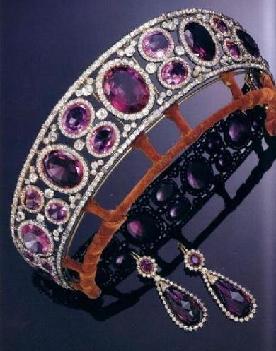 Diadema e orecchini della parure di ametiste e diamanti della Regina Mary del Regno Unito