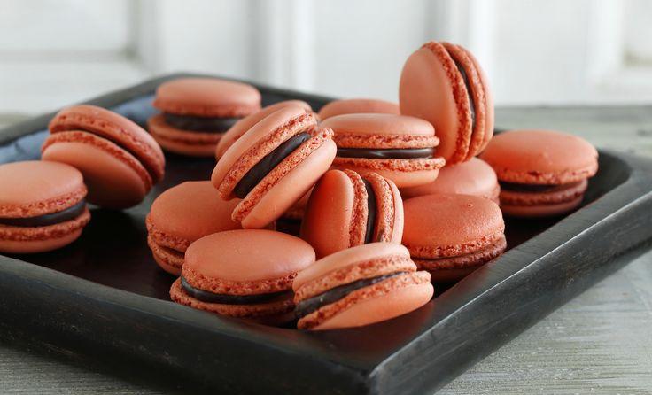 Små, lækre orangerøde kager med fyld lavet af mangosaft, passionssaft, chokolade, fløde og honning.
