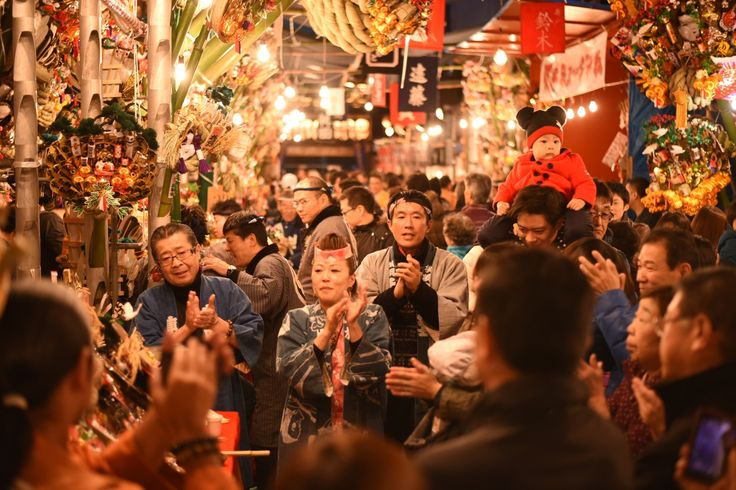 As okame is also called otafuku and means many fortunes, it is regarded as good omen, and they began to use it as an ornament attached to rakes sold on Tori no Ichi open-air market on the day of the bird at Asakusa and so on.