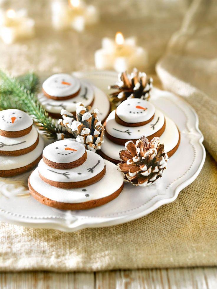 Detalle de galletas de Navidad en forma de árboles de nieve