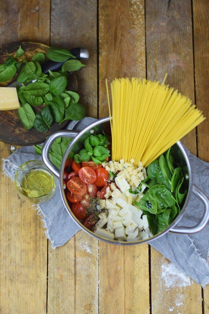 One Pot Pasta - Pasta mit Basilikum, Tomate und Spinat - One Pot Tomato Spinach Basil Pasta | Das Knusperstübchen