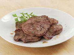 Schnitzel Natur braten ist ein Rezept mit frischen Zutaten aus der Kategorie Kalb. Probieren Sie dieses und weitere Rezepte von EAT SMARTER!