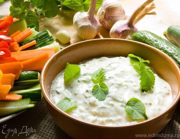 Цацики - соус из йогурта и свежего огурца. Ингредиенты: йогурт натуральный, огурцы, чеснок
