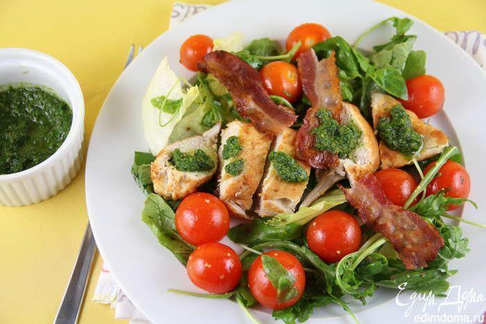 По 4 тарелкам раскладываем салатные листья с помидорками черри. Курицу режем кусочками и выкладяем сверху. Украшаем беконом и поливаем заправкой из свежих трав. И подаем. Приятного аппетита))