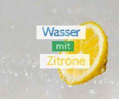 Wasser mit Zitrone: Wer morgens ein Glas Zitronenwasser trinkt, wird merken, welche positiven Effekte das Morgenritual für die körperliche Gesundheit hat.