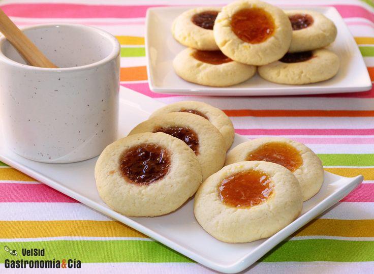 Las Galletas con mermelada conocidas como Thumbprint cookies, son una galletas clásicas que se denominan así porque se utiliza el dedo pulgar para hacer una hendidura en la que se pone el relleno, éste suele ser de mermelada, pero también puede ser chocolate, lemon curd, crema pastelera...