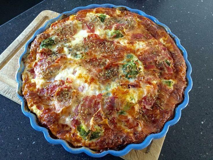 Anettes broccoli- tomattærte: Ingredienser: 1 brev maizena grovtærtedej 1/2 broccoli delt og forkogt i 2 min. 8-10 halve sherrytomater 4 æg 250 ml flødeerstatning eller hytteost 1 rødløg 2 fed hvidløg 1/2 pakke bacon 1/3 pose revet mozarellaost Oregano Lidt salt Fremgangsmåde: Lav tærtedejen efter pakkens anvisning og læg den i oliesmurt tærtefad 26 cm Broccoli og tomater fordeles i bunden. Æg piskes med flødeerstatning og det hakkede løg og pressede hvidløg lægges i og det hældes over i…