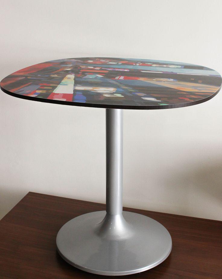 Mesa tipo pedestal con impresión digital en tablero ARK