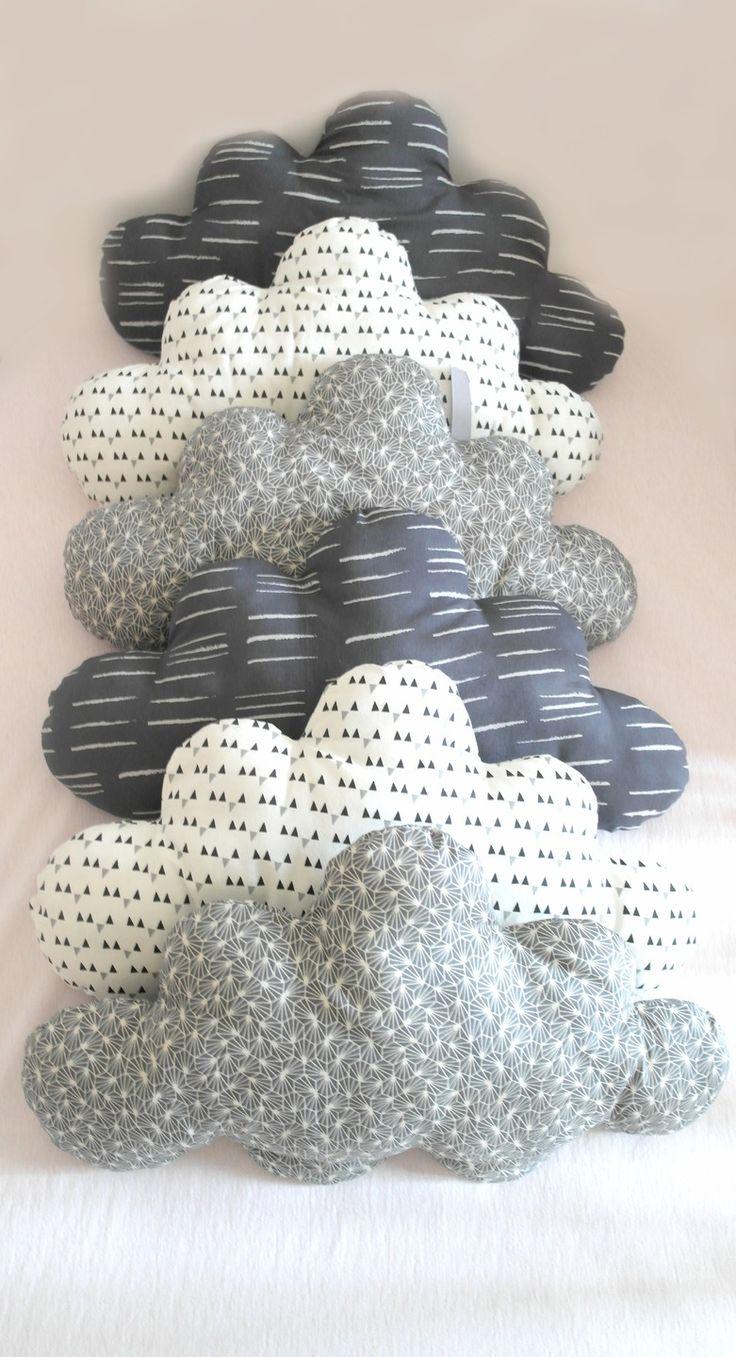 Esprit vintage pour ce tour de lit bébé évolutif, en forme de nuages de style scandinaves