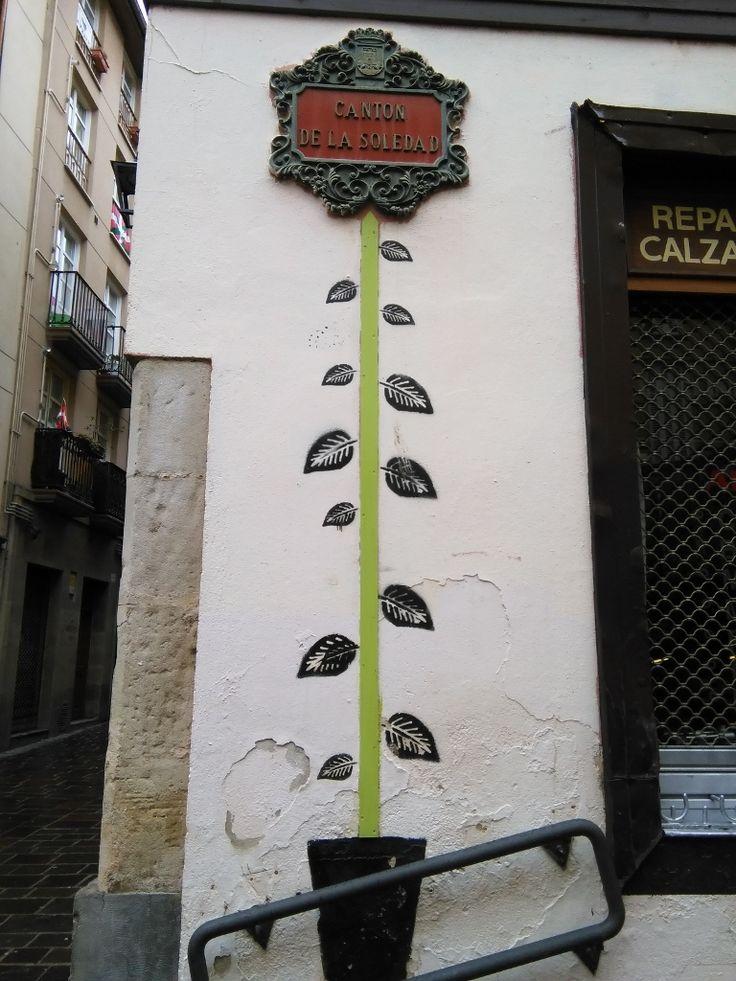 Flores que crecen en ciudades http://www.bravereaders.es/hacia-rutas-salvajes-un-libro-escapista/