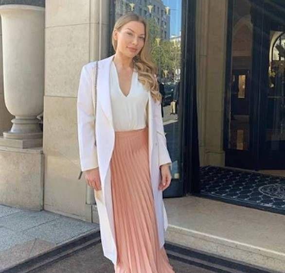 أزياء صيفية على كل أنيقة ارتداؤها 24 Ae كشفت المصممة السويدية الشهيرة آنا باي التي تعرف بدروسها عن كيفية ارتداء أفضل الأزياء الفاخر Fashion Style Maxi Skirt