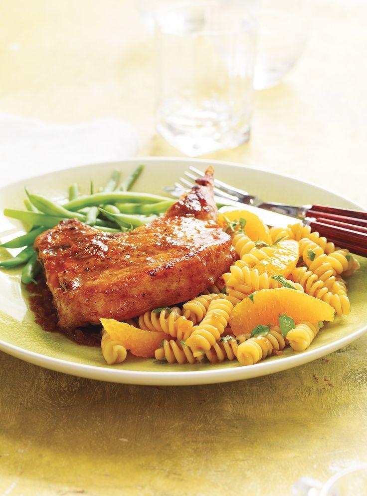Recette aux saveurs d'agrumes: Côtelettes de porc à l'orange. Recette de Ricardo rapide à préparer. Ingrédients: côtelettes de porc, suprêmes d'oranges...
