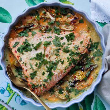 Ett fantastiskt gott recept på ugnsbakad lax med smaker av ingefära, lime och chili. Receptet och mer inspiration finner du på Tasteline