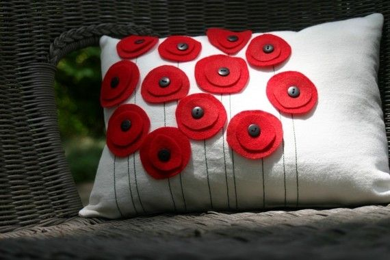 red felt & button pillow - cuscino con papaveri rossi feltro e bottoni