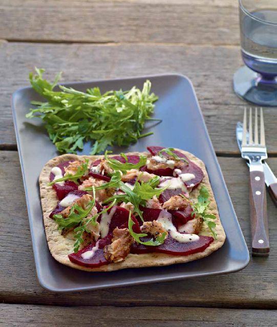 Tunnbröd con salmone e barbabietole. - Il tunnbröd è un tipo di pane della cucina del nord della Svezia, morbido e sottile, che può essere utilizzato anche come wrap. Per una ricetta semplice e veloce basta accompagnarlo con salmone e barbabietole. - Ingredienti: 1 (400 g) salmone affumicato a caldo LAX VARMRÖKT (surgelato) - 4 fettine di pane sottile svedese TUNNBRÖD (surgelato) - 4 barbabietole lesse - 3 cucchiai di salsa per salmone marinato SÅS SENAP & DILL - Crème fraîche