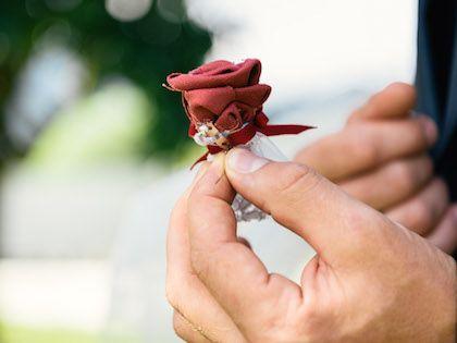 Anstecker Bräutigam Trauzeuge Rose DIY upcycling rot violett Hochzeit, Schuhe, Strauß, DIY, Stoff färben, Upcycling, Harley, Hochzeitsstrauß, rote Schuhe, Brautschuhe, Brautstrauß, Simplicol, Anleitung, Perlen, Brosche, Armband, Beeren, rot, rosa, weiß, Anstecker, Braut, Bräutigam, Trauzeuge, Trauzeugin, wedding, best men, maid of honor, fabric, bridal bouquet, shoe, red,