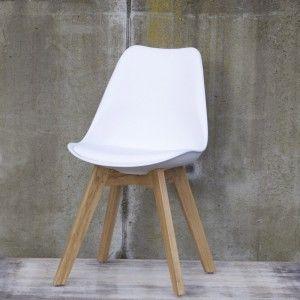 moderne stoelen bij een oude boerentafel...i wish :)