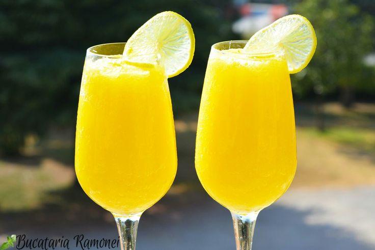 Cât de răcoritoare poate fi o astfel de băutură? Dacă mă întrebați pe mine, vă pot spune că este una dintre cele mai bune pe care le-am gustat vreodată. Mai mult de atât, se prepară și ușor și este destul de economică.  Iată rețeta : http://bucatariaramonei.com/recipe-items/sorbetto-de-mango-si-limeta
