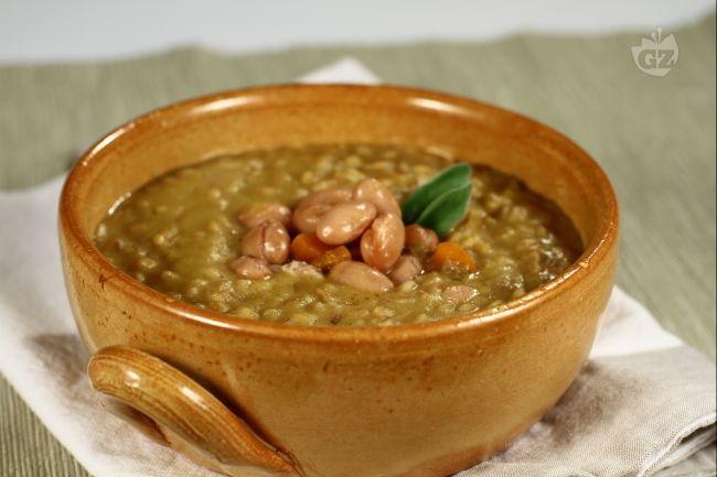 La zuppa di farro e borlotti è un primo piatto molto ricco e dal sapore rotondo che si presta ad essere consumato durante tutta la stagione fredda.