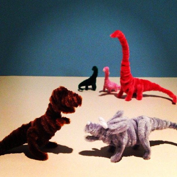 Pipe cleaner dinasaurs. Photo by craftjamjam • Instagram