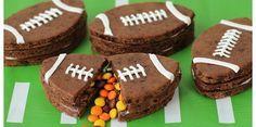 Des petits gâteaux surprises #FFR : #Gâteau #Rugby #Anniversaire sur le thème du rugby #Recette à retrouver sur www.tous-les-heros.com #miam #touslesheros #chocolat #bonbons #sport