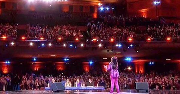 Mała dziewczynka wchodzi na scenę i mówi, że potrafi śpiewać jak Whitney Houston. Chwilę później wszystkim opadają szczęki