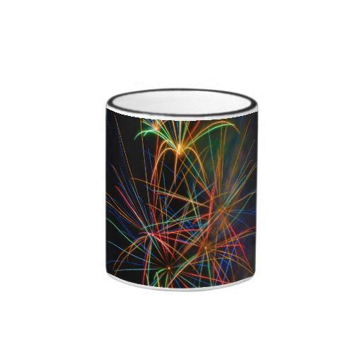 Fotografía de fuegos artificiales al anochecer taza de dos colores