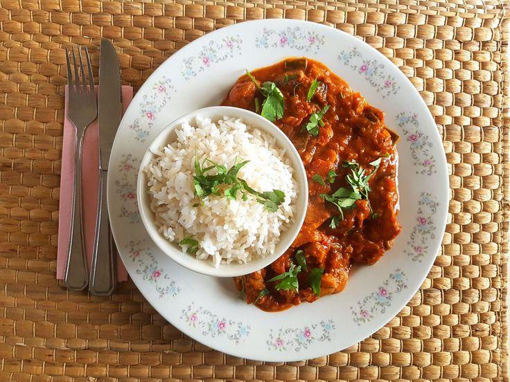 Een goed gevulde curry met kippendijen, veel kruiden en aubergine. Serveer de curry van kip en aubergine met rijst, couscous of geraspte bloemkool.