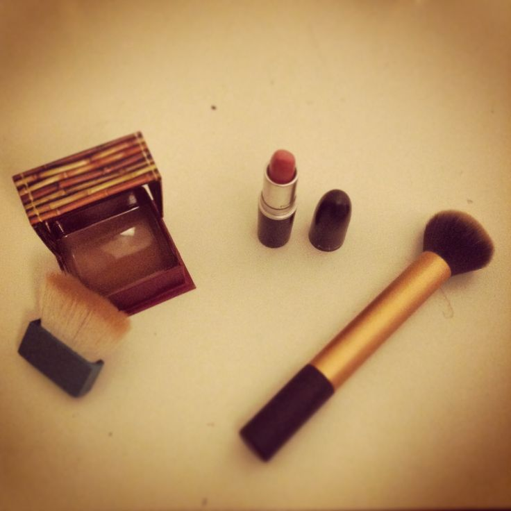 Bronzeur hoola bénéfit | rouge à lèvre please me MAC | pinceau poudre real technics by Samantha chapman